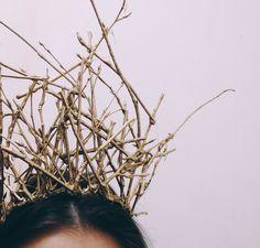 Корона из веток, покрытая золотой краской. неплохой аксессуар для сета