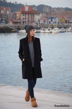 Un clásico abrigo negro nunca te fallará, ¡debe ser un must en tu armario! Combínalo como Marta en tu día a día, con gorrito, botas UGG, vaqueros y una sencilla camiseta de rayas.