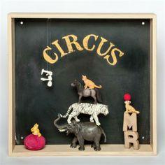 on adore cette idée de cadre profond peint en peinture ardoise - Chalkboard shadow box