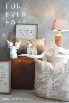 interieur sfeerbeeld, wintercollectie rendierkandelaar sierkussens lederen poef koedoe hoorn tekstborden van hout - interior styling winterdeco