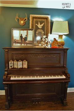 So this is how to decorate an old upright piano! Piano Living Rooms, Piano Room, Upright Piano Decor, Old Pianos, Dollar Tree Finds, Vintage Lamps, Staging, Interior Decorating, Piano Decorating