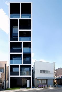 This apartment building designed by Mitsutomo Matsunami looks stunning! The fact that the houses next doors only have 2 floors, makes this 7 story high building even more majestic. It's build on a 110.55m² piece of land and has a total floor of 341.38m². There are 10 apartments in the building, measuring between 23.2m² and 35.7m², which is tiny compared to European ones.