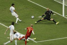 En esta imagen podemos observar , como este jugador de la casaca roja impacta el balon como con efecto, esos cuatro jugadores van al ataque intentando cojer el balón , pero lo que hacen es observar como el balón pasa rumbo a la portería .