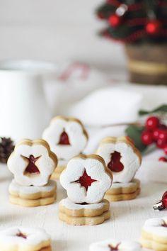 Kanela and Lemon: Christmas linzer cookies Christmas Sweets, Christmas Cooking, Christmas Kitchen, Noel Christmas, Christmas Goodies, Linzer Cookies, Xmas Cookies, Cupcake Cookies, Cupcakes