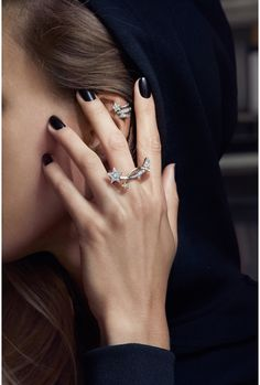 Bagues et boucles d'oreilles Etoiles en diamants. Bijoux de Parisienne. Photo: Dominique Issermann pour Chanel