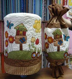 Capa de água e puxa saco, ambas as peças são quiltadas, com aplicação em tecidos nacionais e importados. <br>As cores e aplicações variam de acordo com seu gosto.