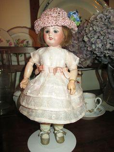 Bleuette, robe habillée S de Suzette 1919, robe de dessous et chapeau de paille