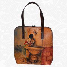 Originálna ručne maľovaná kožená kabelka. Existuje len jeden kus. Každý jeden kus ručne maľovaných výrobkov je umelecké dielo. Kabelka je neopakovateľný originál s nádhernou maľbou.  Motív: Alfons Mucha – Le pater  Na výrobkoch sú inšpiráciou diela maliarskych velikánov, ich pozoruhodné detaily a motívy