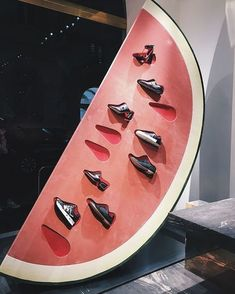 This window display is very eye-catching and unique with its shoe display in a watermelon. Design Display, Shoe Display, Store Design, Visual Merchandising Displays, Visual Display, Retail Displays, Design Thinking, Mises En Page Design Graphique, Vitrine Design