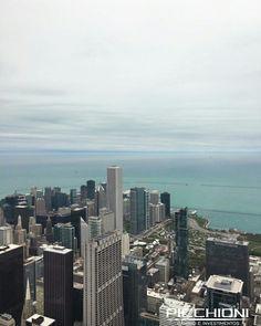 Chicago, Illinois. Faz parte da lista de lugares interessantes para se visitar. Não perca os shows de jazz e blues nos bares e durante o verão, também nos parques. Outra experiência válida é o 103° andar do prédio comercial Willis Tower, chamado de Skydeck, uma plataforma de vidro com a maravilhosa vista panorâmica e a sensação de ter a cidade aos seus pés. #wanderlust #chicago #eua #dolar #picoftheday #moneyexchange #skydeck #willistower