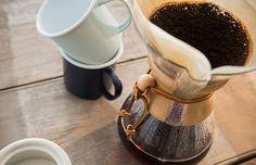 Você conhece a história do coador de pano ou a charmosa cafeteira globinho? Confira os diversos métodos e equipamentos para preparar o café pelo mundo e compartilhe nos comentários qual a forma que você mais gosta de prepara esse delicioso fruto!