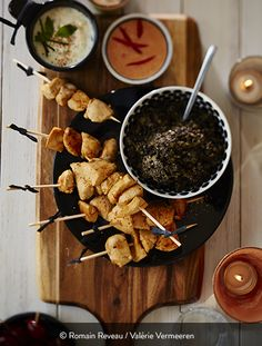 DÉS DE POULET AUX TROIS SAUCES Ingrédients pour 8 personnes : 600 g de filets de poulet fermier St SEVER Label Rouge 1 cuillère à soupe d'huile d'olive Sel au piment d'Espelette Pour la tapenade : 200 g d'olives noires dénoyautées 5 filets d'anchois 1 gousse d'ail 10 cl d'huile d'olive 3 cuillères à café de câpres au vinaigre. Pour la sauce aux poivrons : 1 poivron rouge 100 g de feta 100 g de fromage blanc 1 cuillère à café de paprika 2 pincées de sel. ...