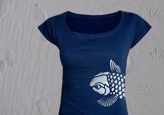 Shirt mit grossem Ausschnitt und angeschnittenem Arm  hangedrucktes Motiv Koi  schöner Blickfang: Koi schwimmt seitlich über die Hüfte