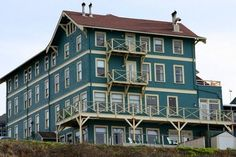 """Hotels in Newport Oregon ♥ Newport OR Hotels The Sylvia Beach Hotel """"Book lovers' dream hotel in Oregon, where everyone room has an author theme, including J.K. Rowling, Shakespeare and Dr. Seuss!"""""""