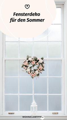 Die Sonne lacht durch das Fenster und Du suchst nach kreativen Ideen speziell für diesen Bereich? WOHNKLAMOTTE gibt Dir wertvolle Tipps für eine fröhlich-frische Fensterdeko für den Sommer. Mit ein paar wenigen Handgriffen zauberst Du ein schönes Sommerfeeling. Fake Flowers, Holiday Travel, Creative Ideas, Couple