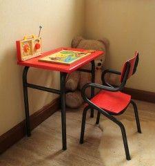 Ravissant petit bureau en bois avec son trou pour l'encrier et la petite chaise Gascoin 50's au design si particulier! Nous leurs avons donné une seconde jeunesse: poncés, traités à l'antirouille et à la cire de ferronnerie, repeints et revernis ils ont vraiment fière allure! POSSIBILITE DE VOUS LIVRER NOUS MEME , NOUS CONTACTER AVANT L'ACHAT SI VOUS CHOISISSEZ CETTE OPTION
