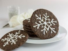 Transform standard cookies and dough into eye-catching treats with just a few simple tips from HGTV. Cookie Desserts, Cookie Bars, Chocolate Cookies, Melting Chocolate, Christmas Treats, Christmas Cookies, Apple Rose Tart, Refrigerated Cookie Dough, Perfect Cookie