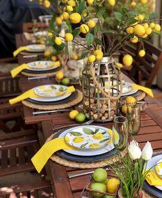 Comment Dresser Une Table, Table Origami, Lemon Kitchen Decor, Lemon Party, Beautiful Table Settings, Table Set Up, Dinning Table, Table Arrangements, Deco Table