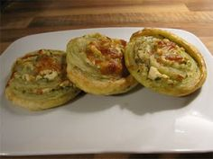 Santsikierros: Feta-pestohyrrät Pesto, Baked Potato, Potatoes, Baking, Ethnic Recipes, Food, Patisserie, Bakken, Potato