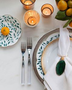 Sunny ☀️ Sunday brunch vibes. A pop of color always makes me smile! A Garden Glam table setting with some of our favorite pieces. Click to shop the look.  Pic @lunaphoto @isariflowerstudio #alchemyfinehome