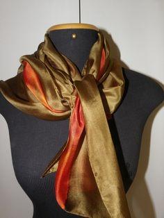 Essa linda echarpe de seda pongé 5, pintada à mão em tons de oliva e mandarine, vai acrescentar muito charme e feminilidade em seu visual. Graças ao seu tamanho especial, pode ser usada de várias formas. R$ 168,00
