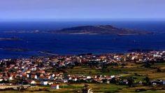 El punto más meridional de la provincia de A Coruña, el puerto de Aguiño, y la illa atlántica de Sálvora vistos desde el castro da Cidade (R...