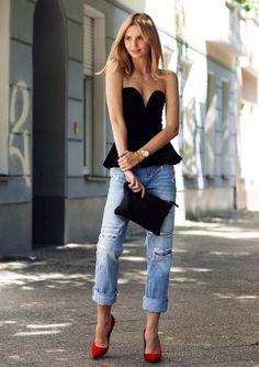 """betrend.pt :: OS BOYFRIEND JEANS PERFEITOS """"Estilo: é inegável que os boyfriend jeans conferem, quase automaticamente, uma dose de estilo a qualquer outfit. Basta acompanhar com uma tshirt branca e um sapato preto em bico – arrasa em qualquer ocasião. Se juntar um casaco mais cintado (um blazer, por exemplo) e um acessório mais chamativo (como um colar XL) tem nas mãos uma combinação infalível."""""""