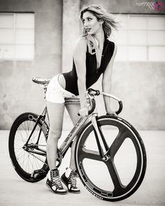 A Gal and Her Bike Bici Fixed, Female Cyclist, Radler, Retro Bike, Cycling Girls, Fixed Gear Bike, Cycle Chic, Bicycle Girl, Bike Style