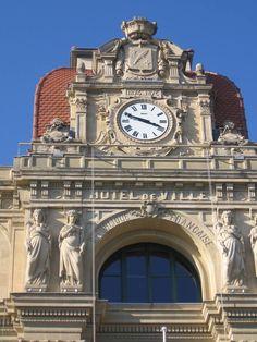 Cadran Bodet installé sur la façade de l'hôtel de ville de Cannes.
