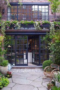 """""""Casi volvemos locos a nuestros vecinos"""". Cuando los propietarios de un edificio de ¡¿6 plantas¡? son capaces de reconocer esto, es que la liaron parda con la reforma de su casa en el West Village neoyorquino. Alfombras preciosas de The Rug Company (ella es una antigua directora de la firma en Nueva York), antigüedades, sofisticación mezclada con …"""