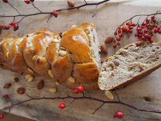 Nadýchaná, voňavá a výborná kvásková vánočka zcela bez cukru, vajec, mléka a živočišných produktů. Bez vánočky nejsou Vánoce! Ale my ji máme rádi kdykoliv během roka :-) Bread, Food, Brot, Essen, Baking, Meals, Breads, Buns, Yemek