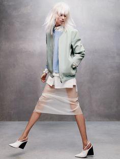 Бомбер из полиамида с нейлоном, Cos; пуловер из вискозы, хлопковая блузка, все Ports 1961; шелковая юбка, DKNY; кожаные туфли, Costume National