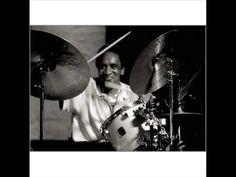 Fat Time, del álbum de Miles Davis THE MAN WITH THE HORN... Al Foster en la batería.  Al Foster es un batería de jazz que nació en Richmond, Virginia, USA, el 18 de enero de 1943. Tocó durante mucho tiempo junto a Miles Davis, primero en los 70 y posteriormente fue parte del grupo de músicos que participó en la grabación del álbun de Davis THE MAN WITH THE HORN, de 1981, que vio la luz tras un retiro musical, que tuvo al genial trompetista fuera de la escena musical por espacio de cinco años...