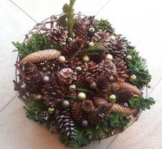 eigen gemaakte pins | wat groen wat dennenappels en paar mini kerstballen van de action en klaar. Door tinekedrenthen