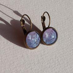 Boucles d'oreilles aquarelle dormeuses à cabochons violet et bleu de la boutique oliviaquarelle sur Etsy