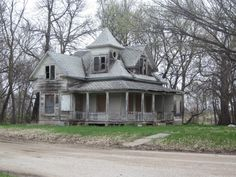Interesting old abandoned house - this could be a real fixer upper. : Interesting old abandoned house - this could be a real fixer upper. Old Abandoned Buildings, Old Buildings, Abandoned Places, Steel Buildings, Old Mansions, Abandoned Mansions, Old Farm Houses, Old Barns, Haunted Places