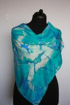 This cheerful, square silk scarf (pongé 8), 90 x 90 cm, is hand-painted in the colours turquoise, blue and white, using combined techniques (a.o. crimped). The scarf is unique, so 1 copy in stock. The price includes shipping costs within the Netherlands. Upon dispatch, a washing