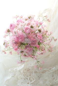 ふんわり揺れる甘あまのベビーピンクのブーケ、ピンクのドレスにあわせて。レースのモチーフがかわいかったので、ピンクのレースのような桜小町をあしらっています。... Shabby Flowers, Bridal Flowers, Beautiful Roses Bouquet, Beautiful Flowers, Jolie Fleur, Le Jolie, Pink Bouquet, Floral Bouquets, Bride Bouquets