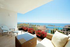 Das in 2014 komplett modernisierte und luxuriös ausgestattete Apartment mit Meerblick geniesst eine wunderschöne und ruhige Lage in zweiter Meereslinie direkt an der Bucht von Illetas. Es ist nur wenige Gehminuten von mehreren Stränden, Beach Club Virtual, Bars und Restaurants entfernt. Das Apartment mit 2 Schlafzimmern und 2 Badezimmern, wovon eins en-suite, hat eine Fläche von 94 m²    Preis: 690.000 Euros