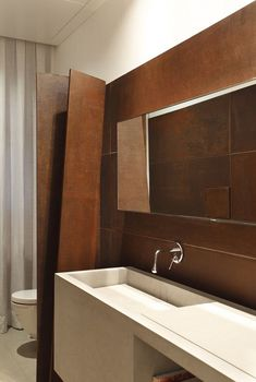 revêtement mural salle de bains en acier corten Tempo House, Gisele Taranto Arquitetura