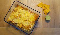 Een Mexicaanse schotel met gehakt wordt afgemaakt met een laag nacho's en gesmolten kaas. Dit gerecht is te serveren als hoofdgerecht, maar ook als snack.