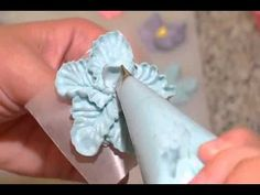 How to make Buttercream Flowers. How to make Buttercream Flowers Cake Decorating Techniques, Cake Decorating Tutorials, Cookie Decorating, Decorating Cakes, Cake Icing, Buttercream Frosting, Cupcake Cakes, Frosting Flowers, Fondant Flowers