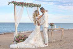 BODAS EVELOPEMENT EN VALENCIA: LAS BODAS MÁS ÍNTIMAS EN LA PLAYA Y OTROS RINCONES.   Las Tres Sillas Valencia, Wedding Dresses, Fashion, Chairs, Beach, Weddings, Bride Dresses, Moda, Bridal Gowns