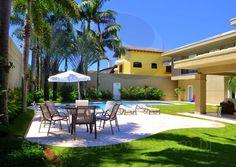 Espreguiçadeiras e ombrelones garantem o relaxamento e a manutenção do bronzeamento no verão.