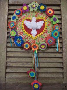 Divino Espírito Santo - Peça de embalagem de plástico resistente revestida de chita e decorada com flores e pomba em feltro. Christmas Crafts, Christmas Ornaments, Felt Art, Diy Doll, Handicraft, Banner, Diy Crafts, Dolls, Holiday Decor