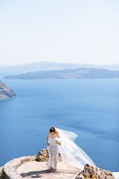 This Wedding Location Boasts the BEST Views. ♥ If a stunning view is a must-have on your wedding wish list, Santorini is a mighty fine contender. This fete is proof. Paris Destination, Destination Wedding Inspiration, Wedding Advice, Destination Weddings, Blue Beach Wedding, Dream Wedding, Luxury Wedding, Modern Bridesmaid Dresses, Wedding Dresses