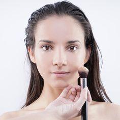 Primer paso, aplicamos la base de maquillaje con pincel sintético.
