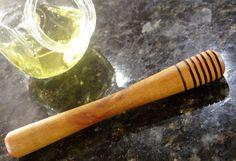 Serve Mel - Utensílio de Servir Mel em Madeira de Peroba Torneado      Diâmetro:1.7 cm     Comprimento: 15 cm     Peso: 50 g