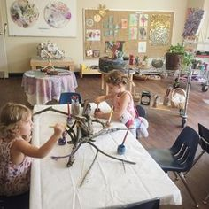 I ❤️ Reggio! I can use in Montessori too:) Have you ever wondered about the Reggio Approach to learning and how it works in the art studio? This is a great resource. Reggio Emilia Classroom, Reggio Inspired Classrooms, Kindergarten Art, Preschool Art, Preschool Writing, Classroom Design, Art Classroom, Reggio Children, Art Children