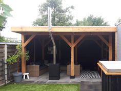 Deze stoere overkapping Dalfsen van Lariks Douglas hout leveren we compleet met tekening, schroeven, wanden van 19.5 cm brede zwarte potdekselplanken, staanders, 5x15 cm dikte balken en 18 mm dubbel lips dakplanken.   Dit houtbouw pakket is voor de klusser met enige kluservaring. 👍 Timber Roof, Backyard House, Neutral Color Scheme, Roof Structure, Calming Colors, Real Wood, Natural Stones, Stepping Stones, Beams